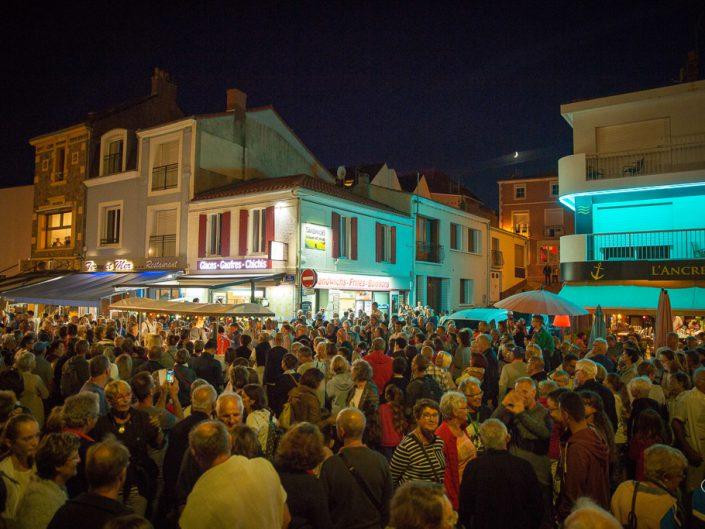 La foule du 15 août entoure les musiciens et la guinguette mobile