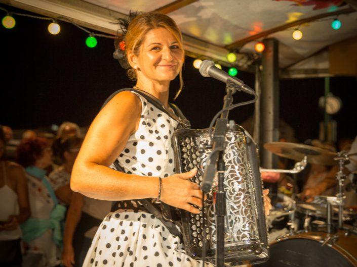 Portait de Peggy, accordéoniste sur la scène mobile