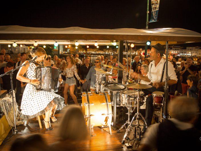 La foule danse autour de la Guinguette de Peggy