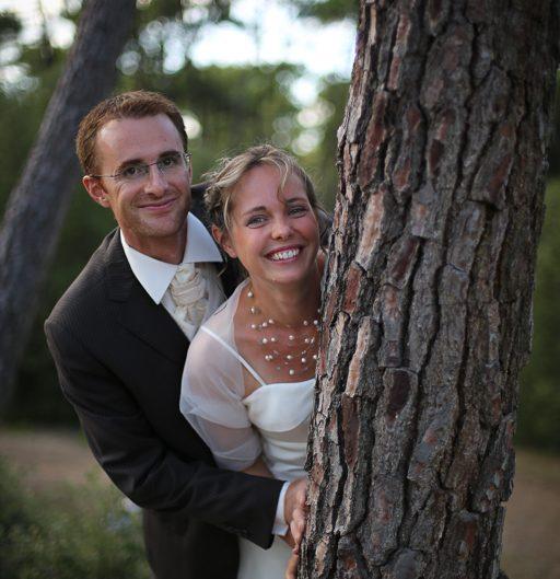 Pose photo des mariés dans les pins