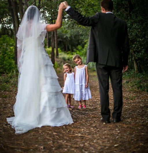 Pose photo des mariés avec leurs filles